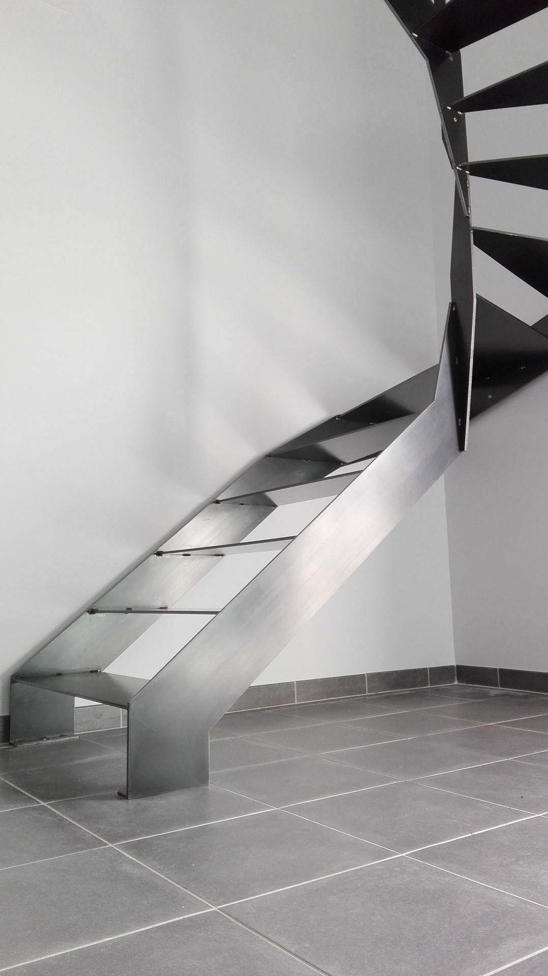 Escalier demi tournant et garde-corps en acier, meuble garde-corps en acier, Savenay, steel contemporain