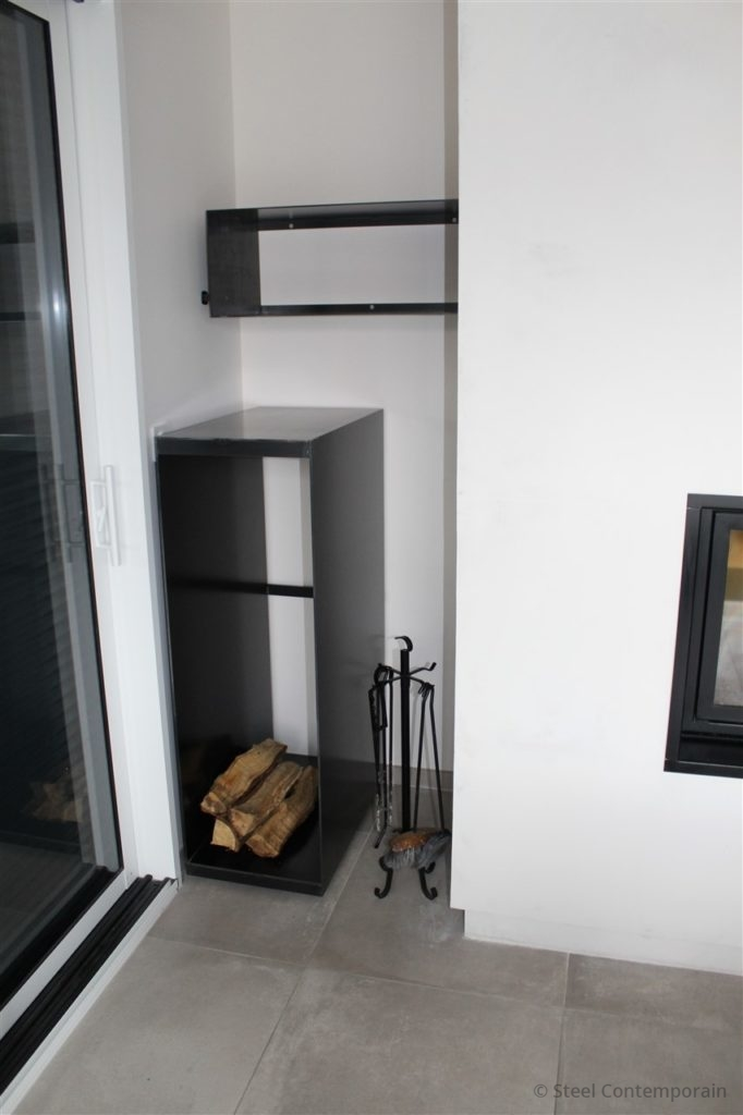 étagères en acier et meuble range buches sur roulettes